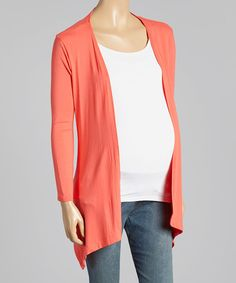 This maternity cardigan boasts an open silhouette that shows off the baby bump. Pair with different tops and bottoms to create a multitude of looks.