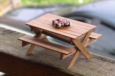 DIY Picnic Table and Bench made out of popsicle sticks - dollhouse miniatures Bastel Ideen Fairy Furniture, Barbie Furniture, Miniature Furniture, Dollhouse Furniture, Furniture Making, Popsicle Stick Houses, Popsicle Stick Crafts, Craft Stick Crafts, Diy Projects With Popsicle Sticks