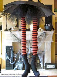 neem een oude paraplu en creëer daaronder een stel heksenbenen : werkt vrij goed op de fantasie !