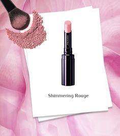 Shimmering Rouge Pink Opal: un rosa pallido luminoso con riflessi viola-argento. È la tonalità perfetta per un look luminoso e naturale, ma può essere reinterpretata disegnando il contorno labbra con una matita rosa intenso per un effetto più 80s. #makeupartist #Shiseido www.shiseido.it