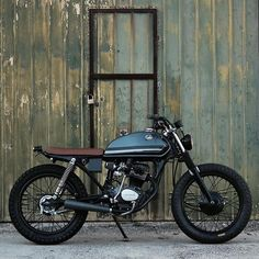 Barn burnin' Honda CG125 ripper built by Pedro Bacalhau over at Lab Motorcycles. #honda #cg125 #dropmoto #streettracker #hondacg #builtnotbought