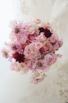 一会風ラウンドブーケ 帝国ホテル様へ ピンクグラデとチョコレートコスモスのルージュ : 一会 ウエディングの花