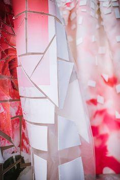 Carolina Herrera gown New York Fashion Week SS'15.  Hablo en mi blog del significado de la descomposición digital de la flor en House of Herrera. https://thethunnder.wordpress.com/2015/04/10/digitalizar-la-flora-de-haraway-a-carolina-herrera/ rtw pret-a-porter moda estampados pattern detalle
