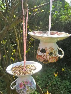 Homemade bird feeders go from very simple to very complicated while even the simplest bird house takes up a lot more time Garden Crafts, Garden Projects, Garden Ideas, Diy Projects, Yard Art, Suculentas Diy, Teacup Crafts, Diy Bird Feeder, Teacup Bird Feeders