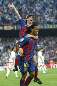 Messi comemora seu 1º gol na carreira profissional, com assistência de Ronaldinho.