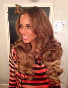 Rochelle Humes rockt mit diesen Volumen Haare!!! Da wünscht sich doch jede Mutti, dass sie so ungestresst und hübsch mit klassisch eleganter Hammerfrisur und flottem Look daher kommt! Coole Rochelle Humes!!! Die Haare sind natürlich nicht alle echt - da helfen wieder Extensions! Hol Dir auch Extensions in europäischer Remi Premiumqualität http://www.real-russian-hair.com/de/content/27-remy-hair