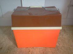 Retro jaren zeventig koelbox Merk Curver Nog in goede staat Oranje box met bruin deksel Inclusief rekjes Prijs € 25,-  mail ree_iems@hotmail.com