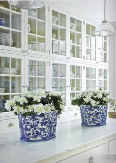 I collect blue and white ceramics. Apart from their colour and varying shapes, I love decorating with blue and white ceramics. Beautiful Kitchens, Beautiful Homes, Simply Beautiful, Beautiful Things, Home Design, Interior Design, Design Design, Design Ideas, Classic White Kitchen
