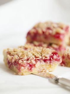 Underbar långpannekaka med röda vinbär | sotasaker.com