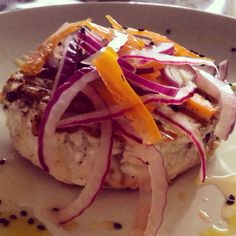 Pez espada al gril y con escabeche de cebolla morada y chile Manzano a la naranja.