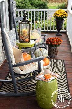 75 Most Antique And Beautiful Farmhouse Front Porch Decoration Ideas 0532 Fall Home Decor, Autumn Home, Farmhouse Front Porches, Rustic Farmhouse, Cottage Farmhouse, Farmhouse Table, Seasonal Decor, Holiday Decor, Christmas Decor
