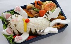 Cute bento boxes and sushi plates are popular in Japan and are becoming more common in America. These pictures of cute bento boxes are too cute to eat! Especially in a form of a cat Bento Kawaii, Kawaii Cat, L'art Du Sushi, Sushi Cat, Kid Sushi, Cute Bento Boxes, Bento Box Lunch, Bento Food, Lunch Boxes