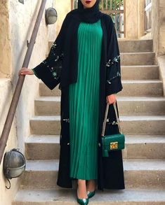 What To Wear Under An Abaya - If You Need Inspiration And Ideas On Modern Ways To Dress Under An Abaya Then Keep Reading - Lots Of Styles To Copy From Dubai Style, Chic And Casual 2020 Styles, Classy Black Abayas, Fashion Abaya Styles Arab Fashion, Islamic Fashion, Muslim Fashion, 2000s Fashion, Fashion Black, New Abaya Style, Estilo Abaya, Modern Abaya, Abaya Designs