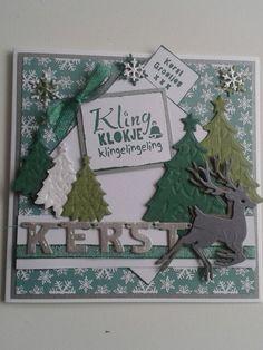Kerstkaart in groen.wit.zilver met kerstbomen tekst gestempeld.hertje en letters kerst...