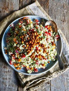 Blomkålsalat med ristede kikerter Calamari, Tortilla Chips, Kale, Cobb Salad, Broccoli, Zucchini, Side Dishes, Food And Drink, Vegan