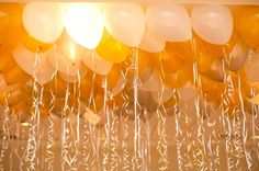 Different shades of gold balloons are a creative and festive idea for New Year's weddings