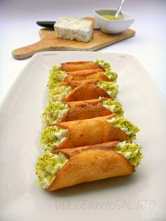 Piatto da portata Saturnia Ancora una ricetta di Montersino, stavolta salata. L'idea è geniale perchè le cialde dei cannoli sono ...
