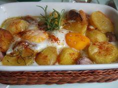 Patatas horneadas con huevos y ajos / 1 kg de patatas nuevas. 6 huevos. 8 o 10 dientes de ajo sin pelar. unas ramitas de romero fresco. sal en escamas o . Aceite de oliva virgen extra C/N