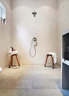 Badrum med putsade väggar
