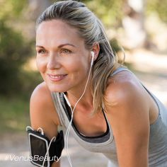 Portrait of athletic mature woman resting after jogging. Beautiful senior blonde woman running at the park on a sunny day. Female runner listening to music while jogging. Losing Weight After 40, Lose Weight, Weight Loss, Proper Running Form, Menopause Diet, Post Menopause, Menopause Symptoms, Female Runner, Tone It Up