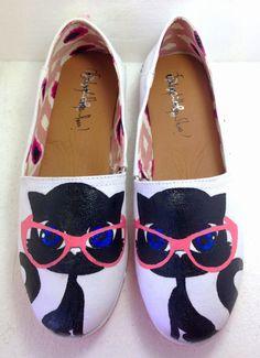 Zapatos pintados a mano inspirados en gata con lentes Kitty shoes  Panamá - solangel Martinez - Cats hand painted shoes