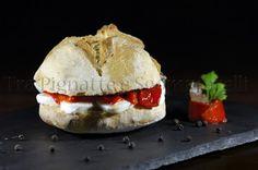 Panino con peperoni arrosto, mozzarella, acciughe e olio al prezzemolo