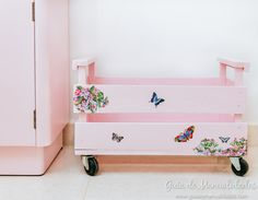 Cajones organizadores con ruedas Shabby Chic Furniture, Pallet Furniture, Kids Furniture, Decoupage Vintage, Vintage Crafts, Decoupage Ideas, Painted Toy Chest, Creative Gift Wrapping, Diy Décoration