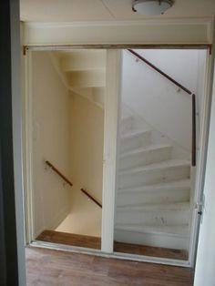 een heel aardig idee; schuifdeuren op de overloop voor exta isolatie Attic Bedroom Designs, Attic Bedrooms, Bedroom Loft, Loft Staircase, Attic Stairs, Open Trap, Attic Inspiration, Wall Railing, Attic Apartment