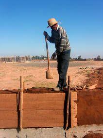 Per aumentare la densità della terra argillosa è stato utilizzato un elemento per compattare comprendente una pietra cilindrica.