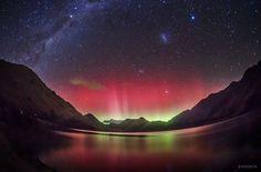 湖に反射するオーロラ | 悩みやストレスなんて忘れてしまう、10枚の美しい空の写真