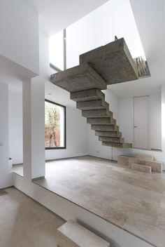 De betonnen trap tilt je naar een hoger niveau