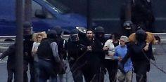 """09.01.15 / """"Il était très calme et il souriait"""" : ce qu'il s'est passé Porte de Vincennes / Amedy Coulibaly s'est retranché pendant quatre heures dans un supermarché casher. Il a été tué dans l'assaut du GIGN. 4 otages ont été retrouvés morts. Récit / Et soudain, la terre a tremblé. Quatre explosions, des grenades, semble-t-il, ont fait vaciller le quartier. Retranchée au Bistrot 41, à l'angle de la rue Erignac et de la rue de Lagny, à une centaine de mètres à peine de l'assaut, une mère de…"""
