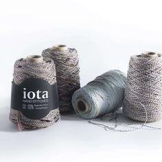 Les fils à tricoter de iota sont conçus pour l'usage unique de leurs créations : leurs textures, couleurs et titrages sont réalisés sur mesure.