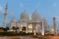 ABU DHABI, EMIRATOS ÁRABES UNIDOS - 05 De Noviembre: Vista De Noche Gran…