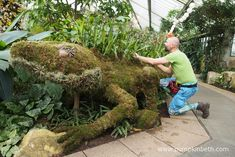 Lorenzo the Water Dragon was crafted from moss, wire, and Zygopetalum orchids, by Master Florist Henck Röling, for the Thailand themed Orchid Festival at the Royal Botanic Gardens, Kew. Green Plants, Green Flowers, Cut Flowers, Green Leaves, Water Dragon, Fortnum And Mason, Horticulture, Botanical Gardens, Floral Arrangements
