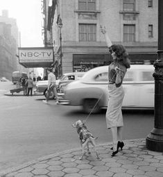 Hailing a cab in New York City 1956 http://ift.tt/1Vkp8QH.  Back then...