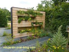 Chaumont-sur-Loire, festival 2011, le jardin 22, 4, derrière le mur de bois, des jardinières