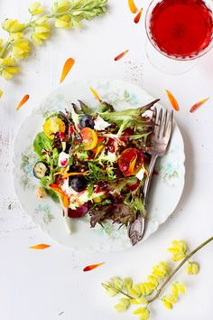 Fresh Herb and Edible Flower Salad with Hibiscus Champagne Vinaigrette - CaliZona Veggie Recipes, Salad Recipes, Cooking Recipes, Healthy Recipes, Healthy Meals, Champagne Vinaigrette, Bowls, Herb Salad, Clean Eating