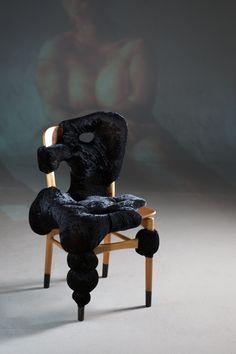 A esta colección de sillas de Charlotte Kingsnorth parece que las hayan atacado/manchado/afectado una mullidita masa biomórfica muy estilosa, con su tapizado capitoné (¡chester power!), que se ha quedado colgando de una manera irregular, aportando un rollo muy orgánico que a la vez le da una funcionalidad de cojín como mínimo original.    …