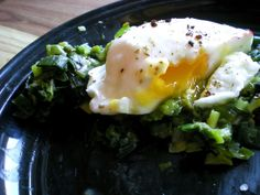 Poached eggs with creamy leeks
