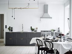A monochrome interior, mid-century furniture and modern home accessories - All in all, a beautiful place! Farmhouse Kitchen Decor, Kitchen Interior, Farmhouse Design, Country Farmhouse, Kitchen Dining, Brass Kitchen, Dining Room, Kitchen Black, Kitchen Drawers