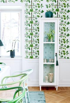 Ludmila over at CreamyLife shared this nature-inspired dining room photographed by Camilla Lindqvist, filled with spring greens and aqua blues. I love that they painted the chairs in shades picked out of the fab wallpaper (Espalier from Pierre Frey). Colorful Interior Design, Best Interior Design, Home Interior, Colorful Decor, Interior Decorating, House Of Turquoise, Turquoise Table, Arte Pallet, Espalier