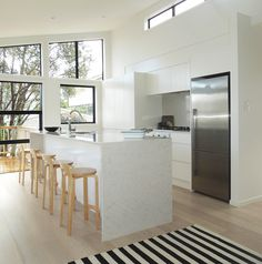 60 Glamorous Scandinavian Kitchen Decor Ideas 29 – Home Design Updated Kitchen, New Kitchen, Kitchen Dining, Kitchen Decor, Kitchen Ideas, Farmhouse Kitchen Cabinets, Kitchen Cabinet Design, Kitchen Interior, Cocinas Kitchen