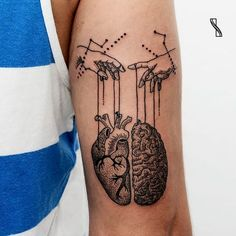 Criação inusitada #IsabelleSantos #TatuadorasDoBrasil #tatuadorasbrasileiras #blackwork #pontilhismo #dotwork #brain #heart #coração #cerebro