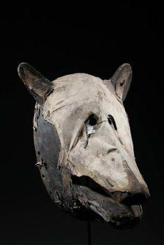 MASQUE BAMBARA HYÈNE Product Heigth 32CM  Ancien masque Bambara du Mali. Représentation d'une hyène. Masque en bois recouvert de peau. Pièce ancienne de plus de 50 ans. Pièce sur socle.