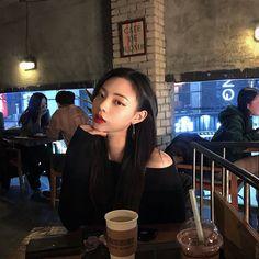 턱 라인이 더 이뻐졌다🖤 . . . . #턱끝필러#턱필러#v라인#강남성형외과#강남역#더웨이성형외과#박정용원장#더웨이박정용원장#11주사#눈성형#쌍수#눈매교정#눈재수술#코재수술 Kim Bo Bae, Pretty Asian Girl, Uzzlang Girl, Hyun Bin, Korean Women, Asian Style, Aesthetic Girl, Girl Pictures, Pretty People
