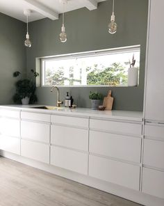 Derfor har Pernille vundet en pris for sine farvevalg derhjemme - Beleuchtung Kitchen Paint, Home Decor Kitchen, New Kitchen, Home Kitchens, Kura Ikea, Küchen Design, Interior Design, Brimnes, Scandinavian Home
