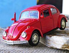 Carro Miniatura Fusca Volkswagen Vw Beetle 1:34-39  O clássico Fusca foi uma invenção para se tornar o carro mais popular e deu mais que certo. Em poucos anos o modelo se tornou o mais vendido e bateu recordes de produção em todo o mundo. Agora ele esta de volta em lindas miniaturas com portas e capô articuláveis e também possui fricção.