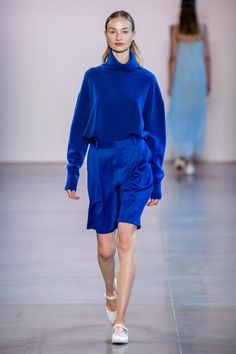 Ryan Roche Spring 2020 Ready-to-Wear Fashion Show Collection: See the complete Ryan Roche Spring 2020 Ready-to-Wear collection. Look 21 Catwalk Fashion, Fashion 2020, Blue Fashion, Fashion Outfits, Womens Fashion, Classy Fashion, Spring Fashion, Fashion Trends, Vogue Paris