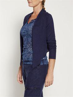 Sandwich staat bekent in haar collectie om haar gelaagde combinaties. Dit blauwe indigo vestje is ideaal hiervoor. Het korte effen vest heeft een langer voorpand dat openvalt, een sjaalkraag en lange mouwen. Gemaakt van heerlijk linnen katoen blend is dit vestje een echte musthave.